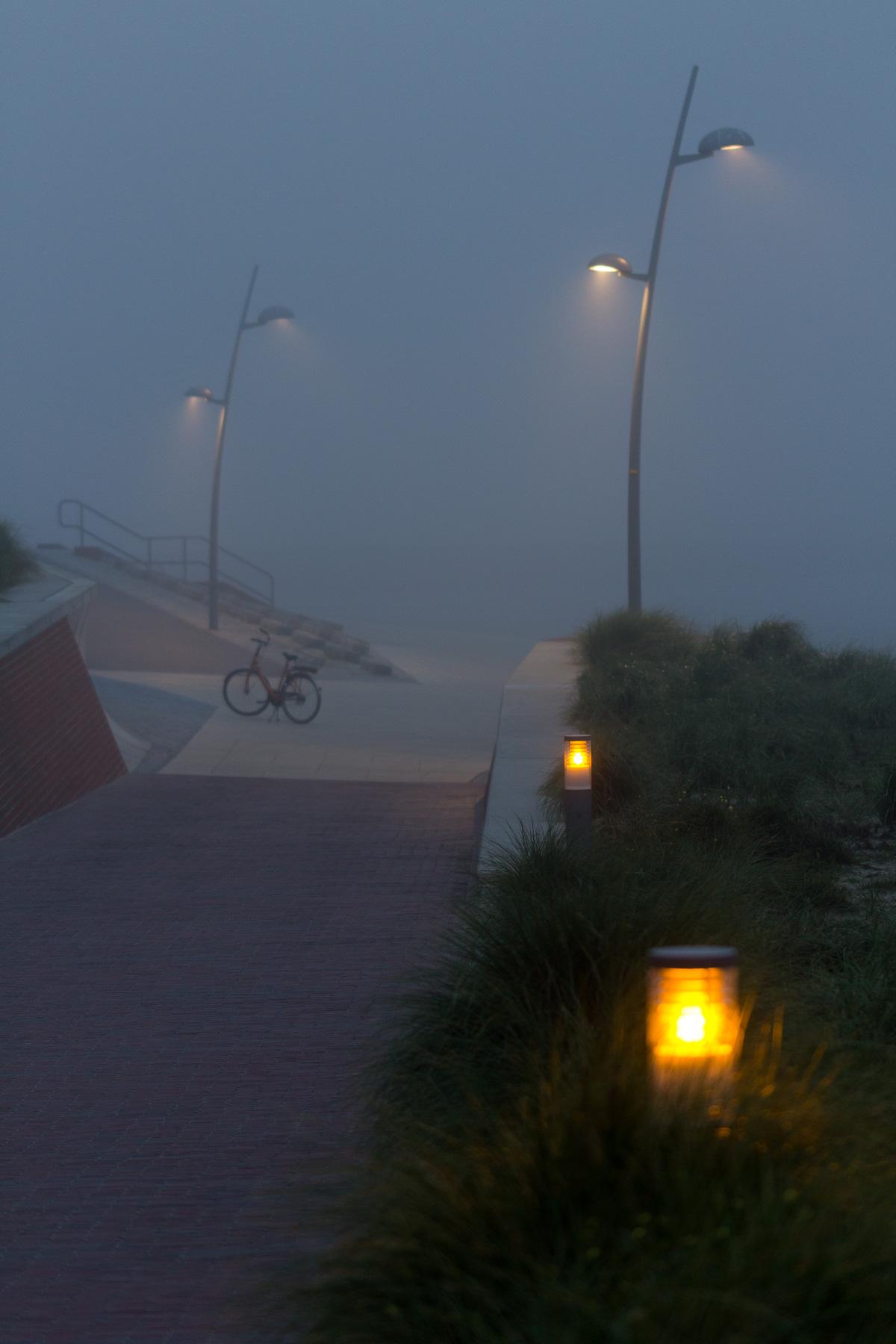 einsames fahrrad, borkum im nebel