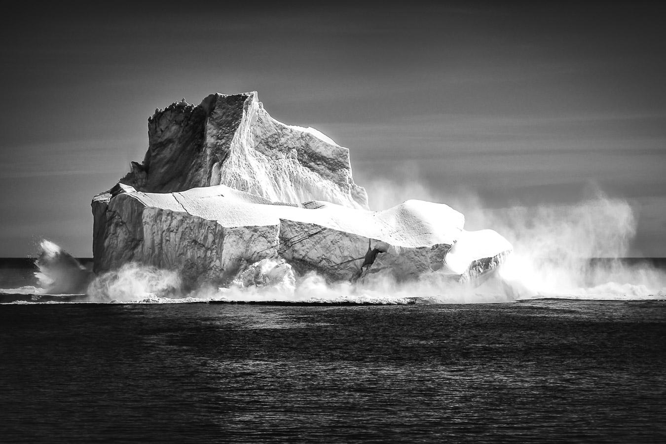 Eisberg bricht auseinander, vor Tasiilaq (Ammassalik), Ostgrönland