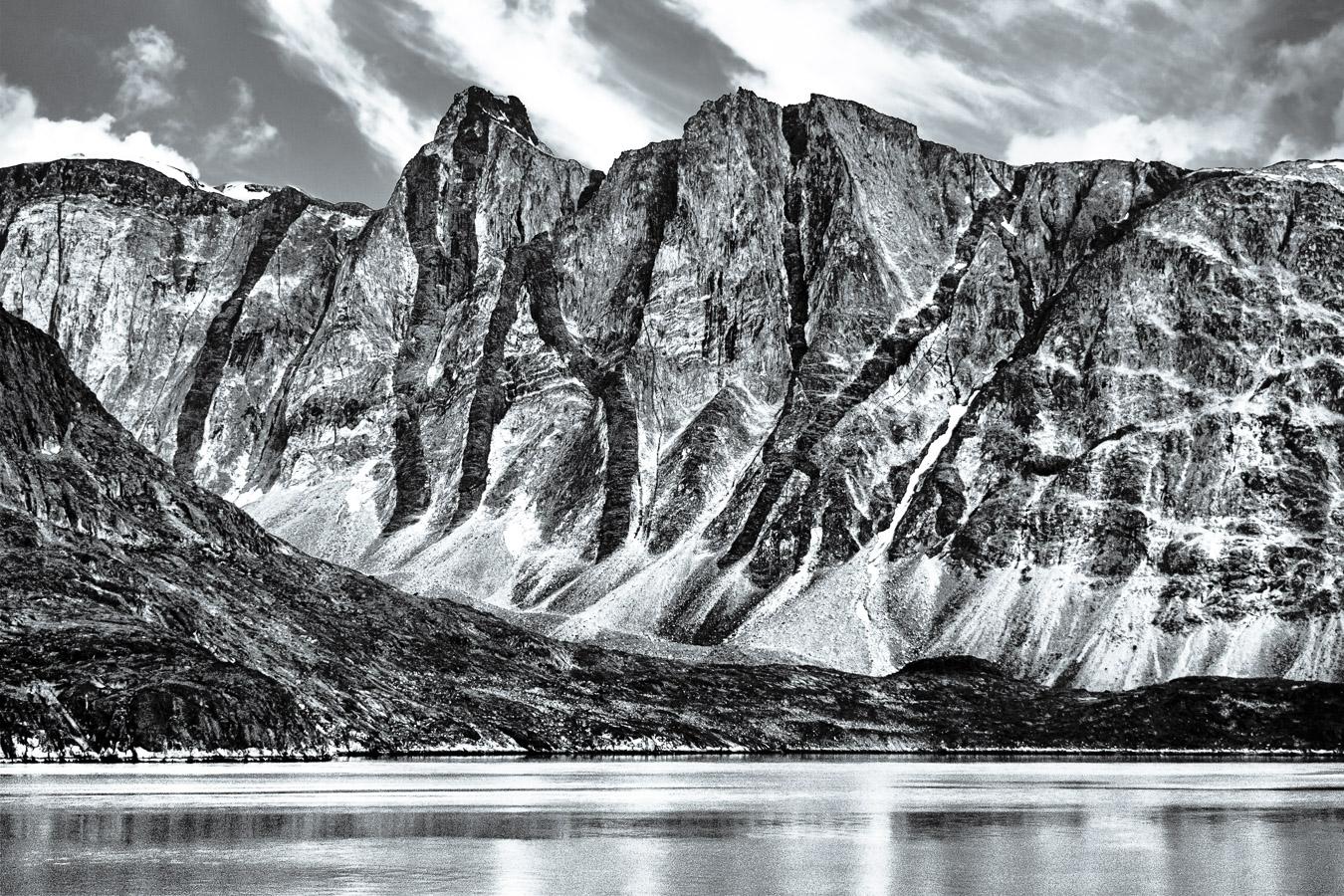 Erdgeschichte vom Feinsten! Doleritgänge (Vulkankamine) = Form des Basalt und härter als Granit, Kangerlussuaq Fjord, Westgrönland