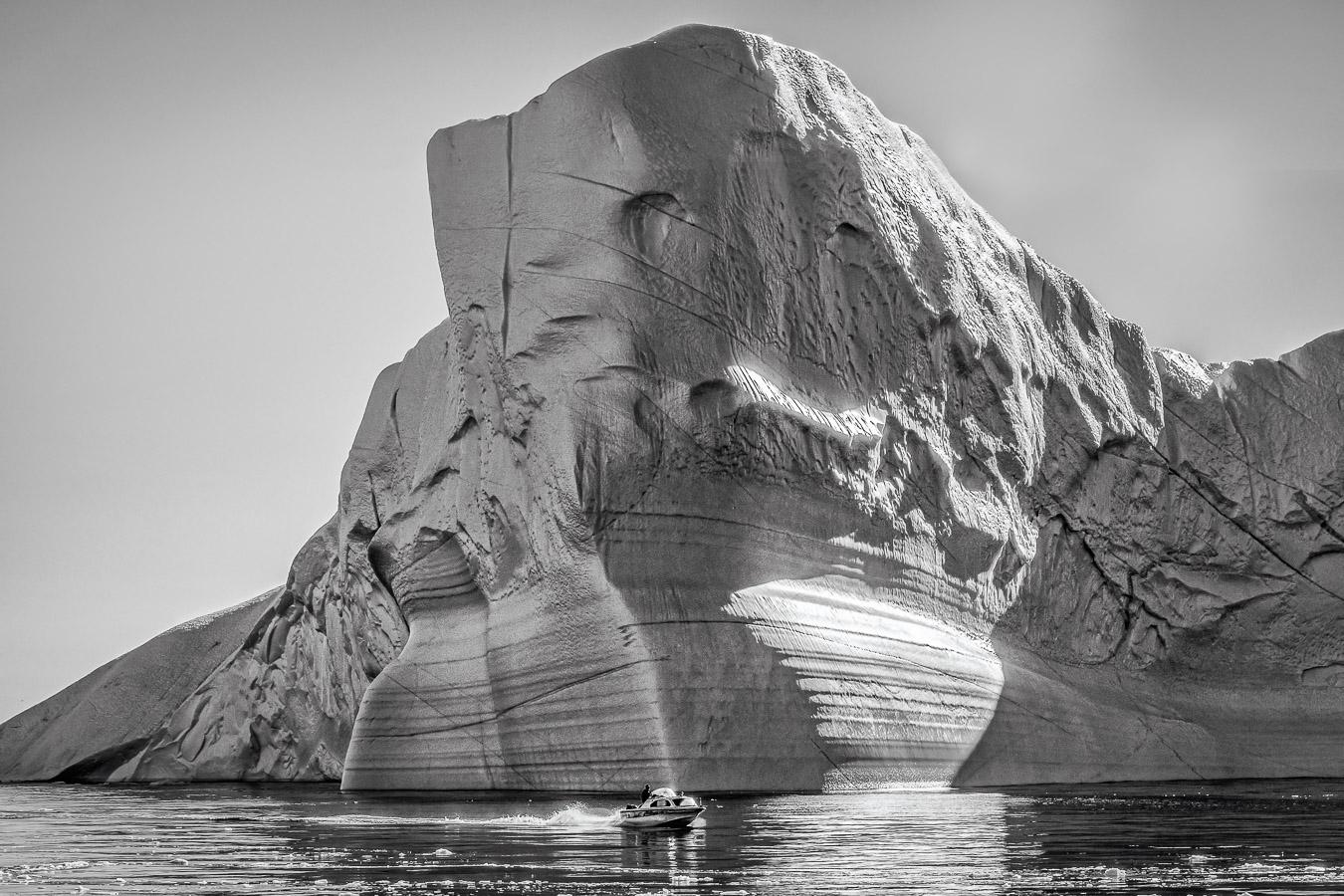 Mutig! Die horizontalen Linien zeigen, dass sich der Eisberg beim Abschmelzen dreht, Ilulissat, Westgrönland