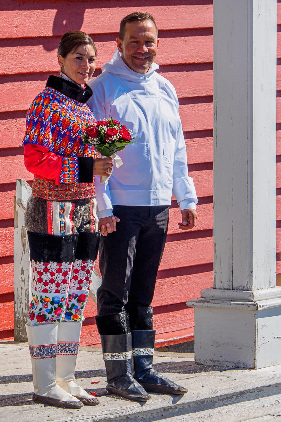 Brautpaar in Inuit Tracht vor der historischen hölzernen 'Erlöserkirche' --- Nuuk (17.600 Einwohner), Hauptstadt Grönlands, Südwestgrönland